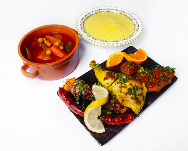 Couscous royal avec 4 viandes semoule et légumes en sauce servis séparément